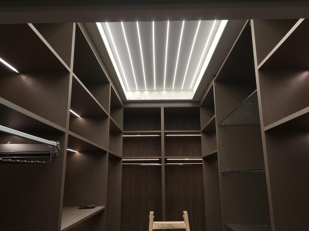 Как да монтирам заедно с тавана, оригиналната система за осветяване?